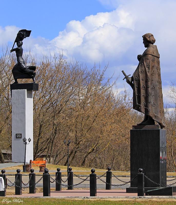Памятник Роза из двух видов гранита Судогда Лампадка из лезниковского гранита Тайга